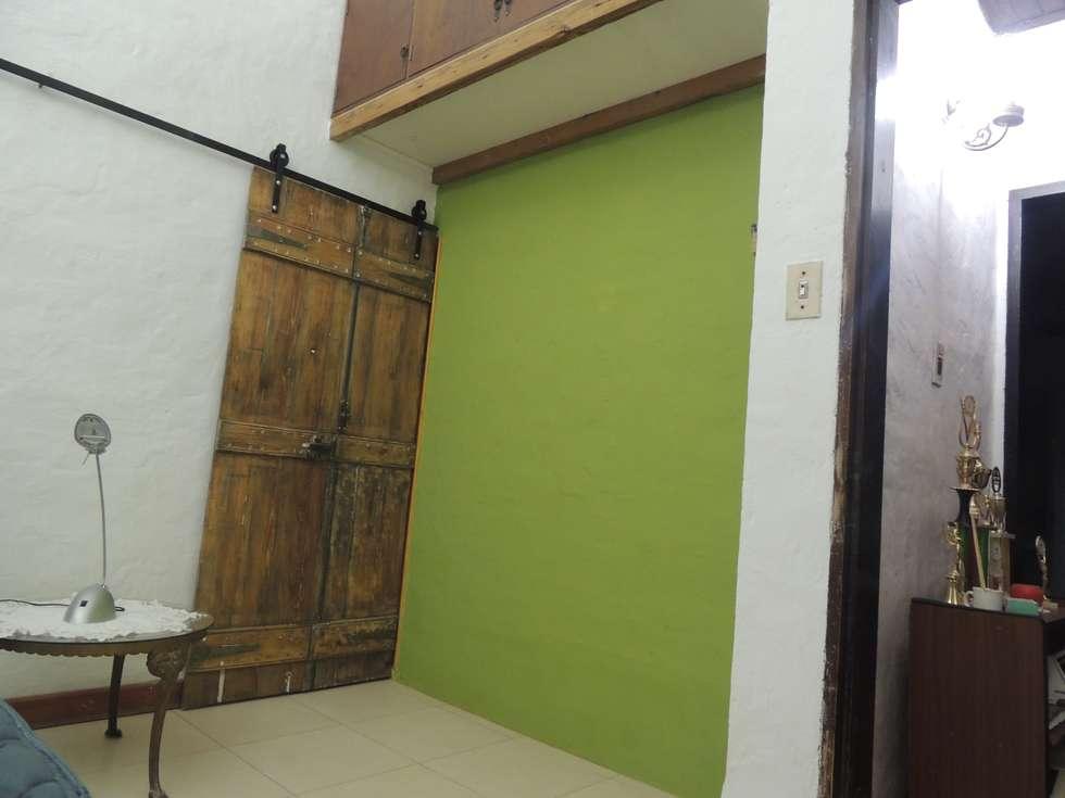 ingreso pueerta que vincula espacio dormitorio con vestidor y baño: Baños de estilo moderno por CRISTINA FORNO
