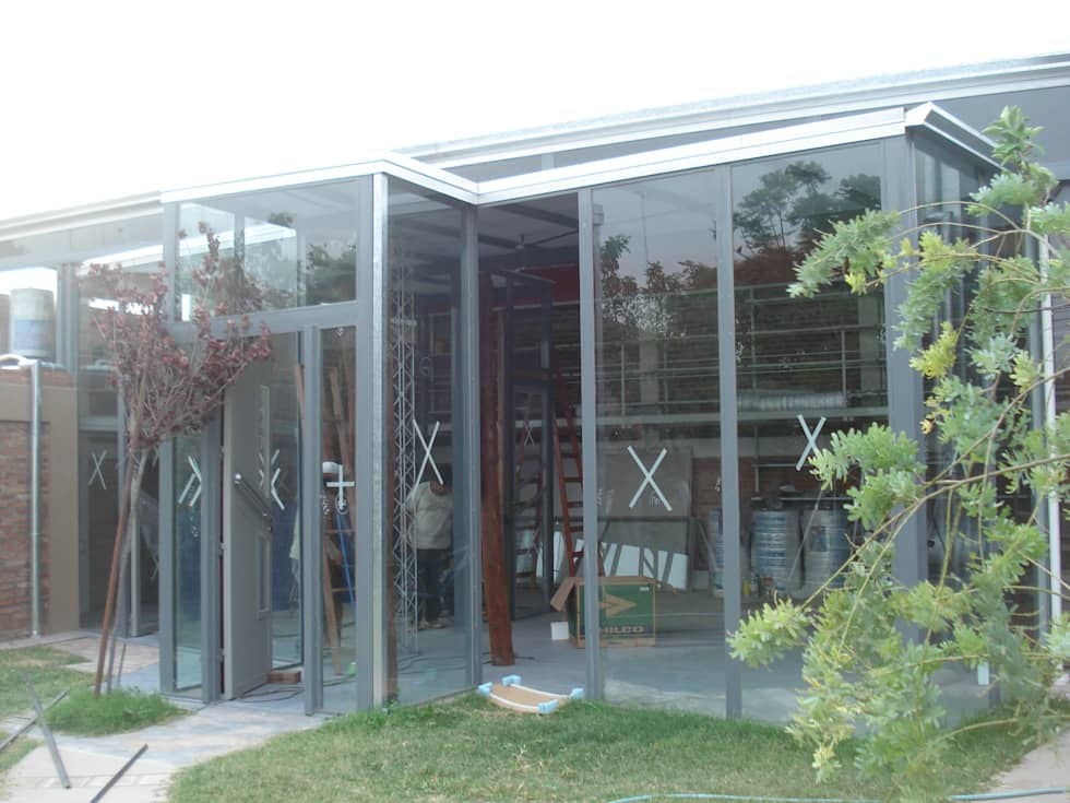 estudio: Estudios y oficinas de estilo moderno por CRISTINA FORNO
