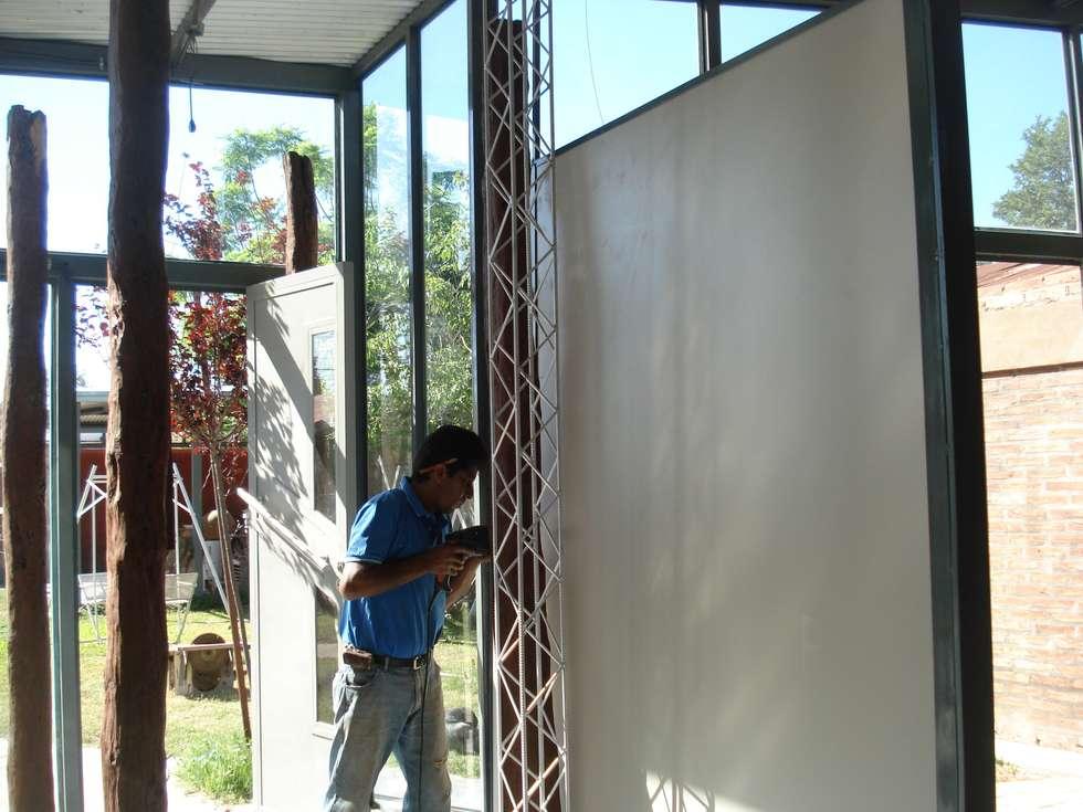 paneles y colores: Estudios y oficinas de estilo moderno por CRISTINA FORNO