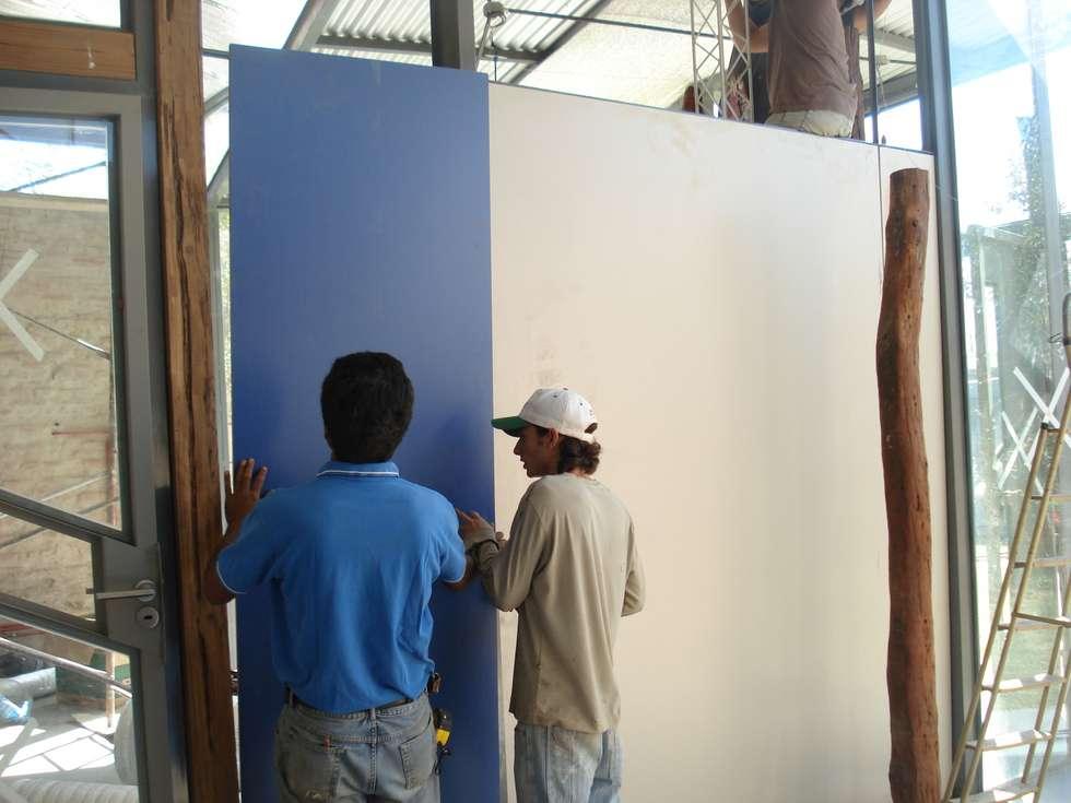 paneles: Estudios y oficinas de estilo moderno por CRISTINA FORNO