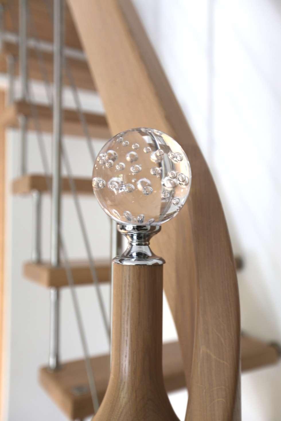 Escalier suspendu: Couloir et hall d'entrée de style  par Passion Bois