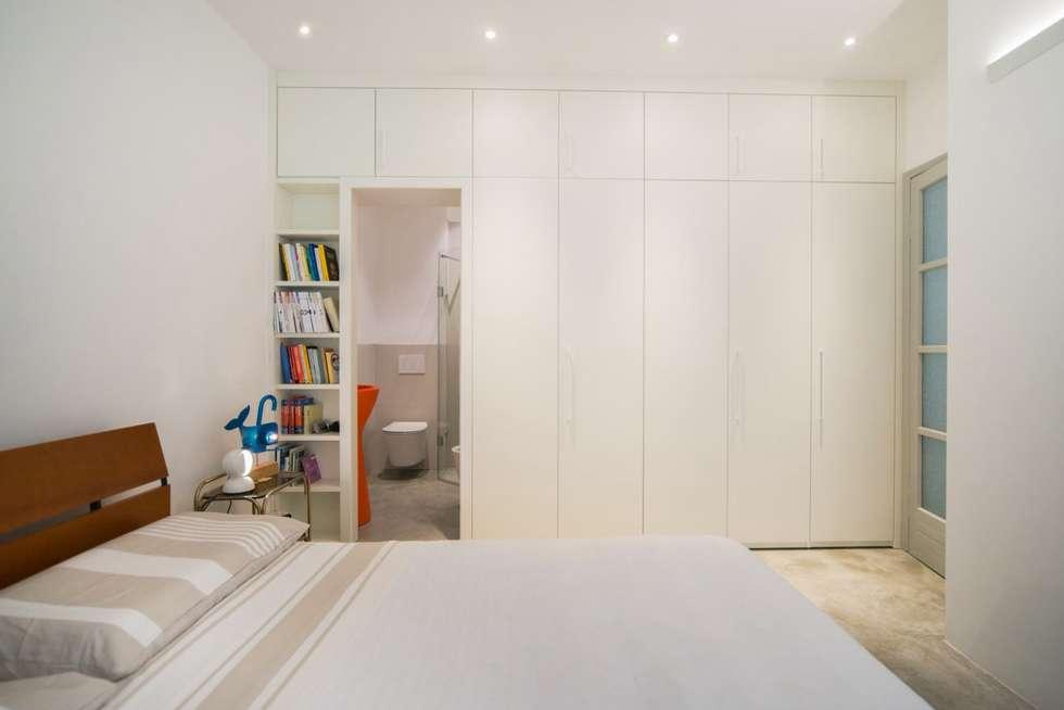 Armadiatura Passante: Camera da letto in stile in stile Moderno di PADIGLIONE B