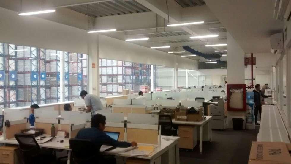 Oficinas Q: Estudios y oficinas de estilo industrial por idA Arquitectos