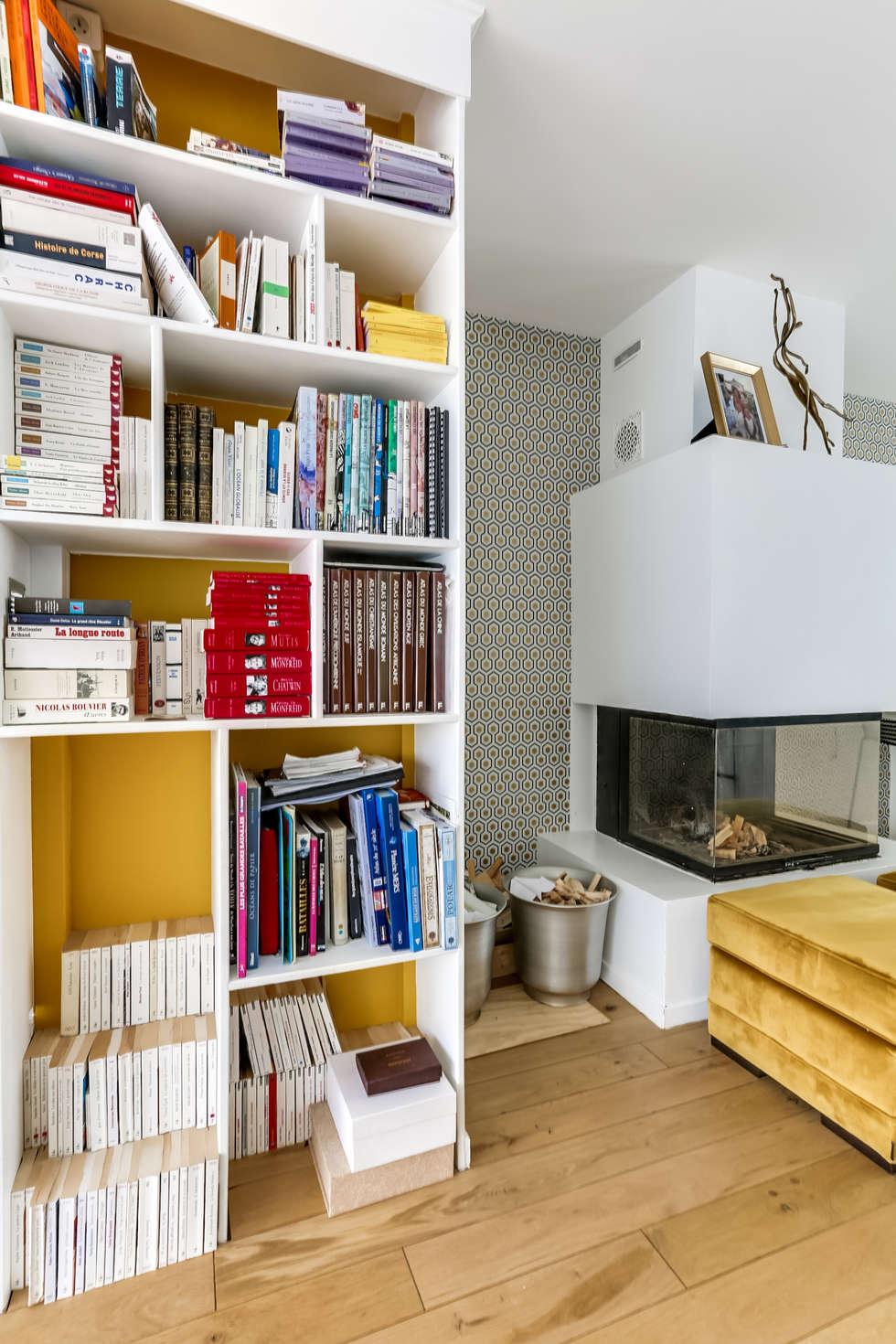 Coin bibliothèque cheminée: Salon de style de style Scandinave par Decorexpat