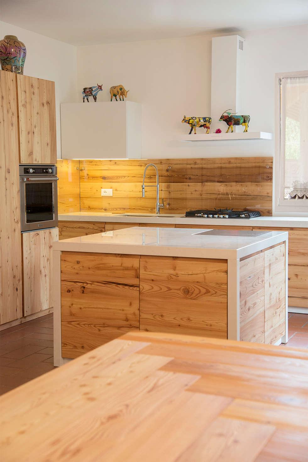Cucina su misura in larice antico: cucina in stile in stile rustico ...