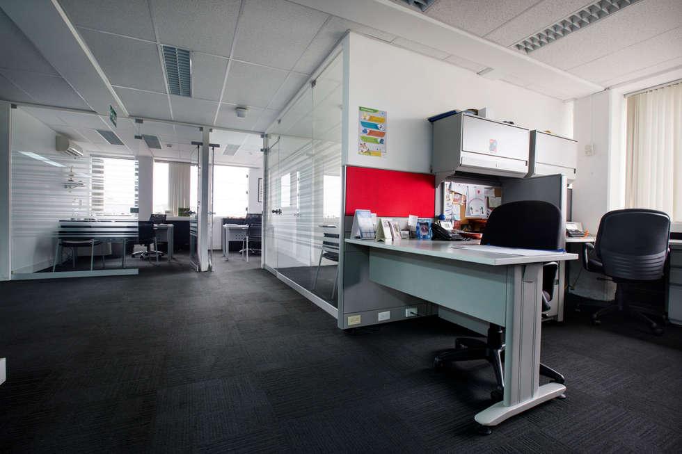 Oficinas abiertas: Oficinas y Tiendas de estilo  por Carughi Studio