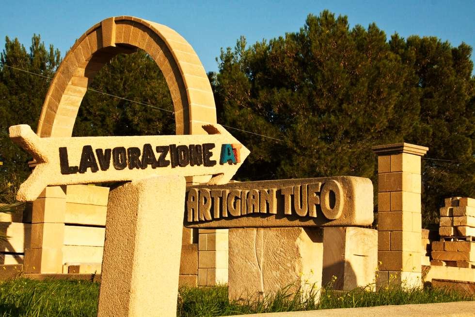 Arco con insegna: Cantina in stile in stile Mediterraneo di Artigiantufo