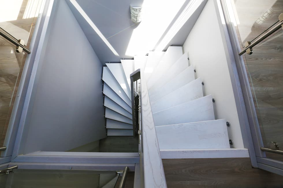 Escalier suspendu blanc: Couloir et hall d'entrée de style  par Passion Bois