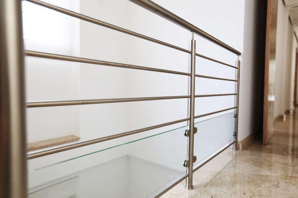 Garde-corps inox: Couloir et hall d'entrée de style  par Passion Bois