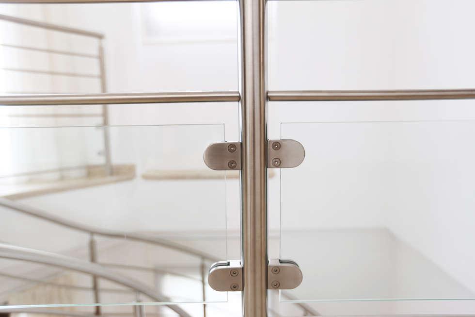 Garde-corps inox et verre: Couloir et hall d'entrée de style  par Passion Bois