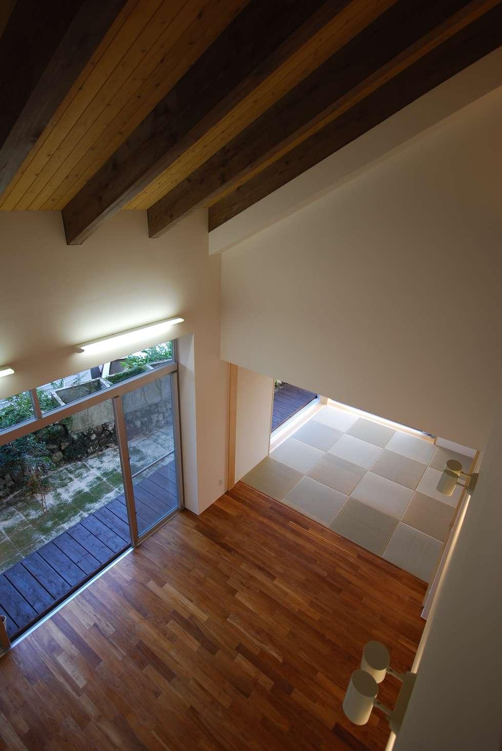 SKM-HOUSE: 門一級建築士事務所が手掛けたリビングです。