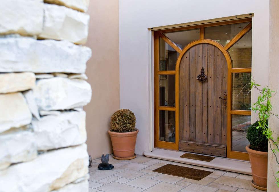 Porte d'entrée façade extérieure: Portes en bois de style  par Pierre Bernard Création