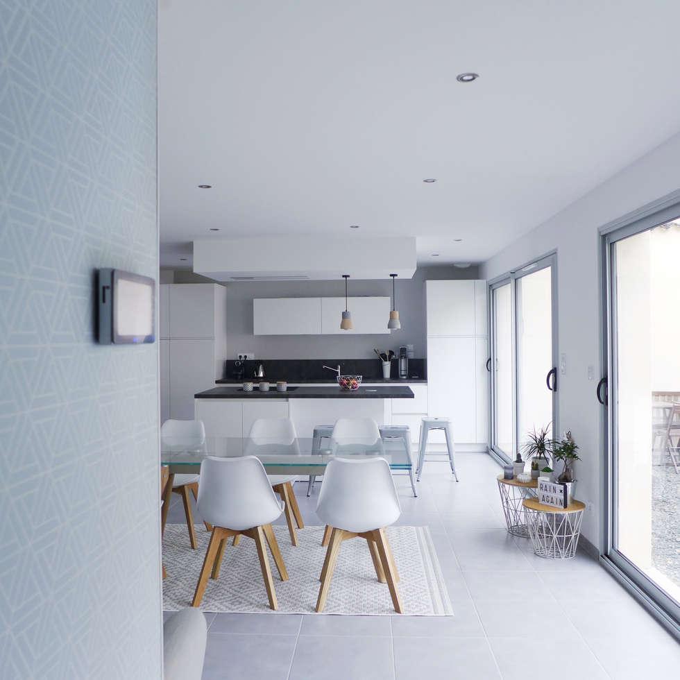 Depuis l'entrée, la salle à manger et la cuisine.: Salle à manger de style de style Scandinave par Skéa Designer