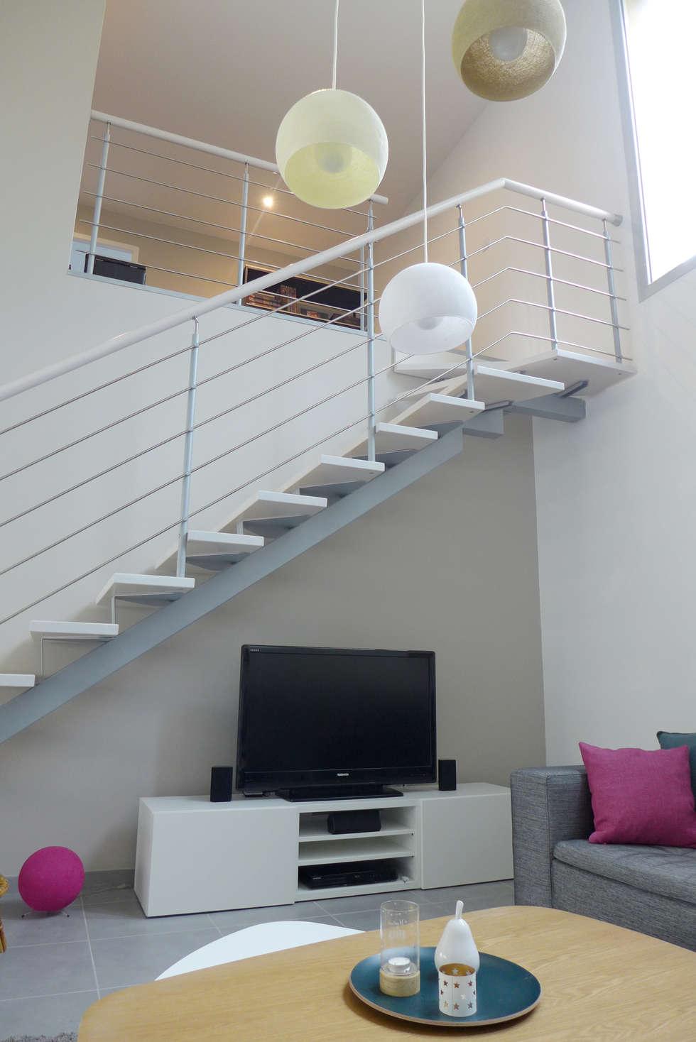 Un coin tv sous l'escalier.: Salon de style de style Scandinave par Skéa Designer