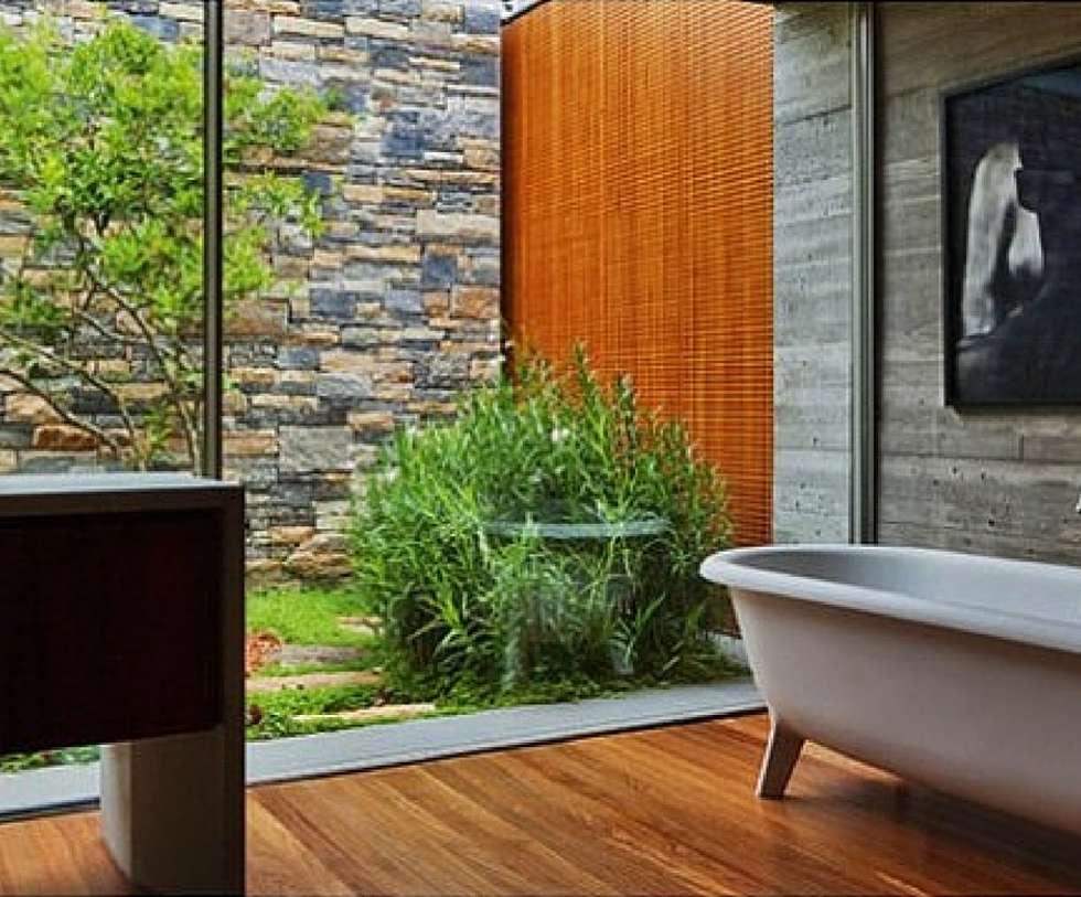 Amplitude do campo visual.: Casas de banho campestres por Obr&Lar - Remodelação de Interiores
