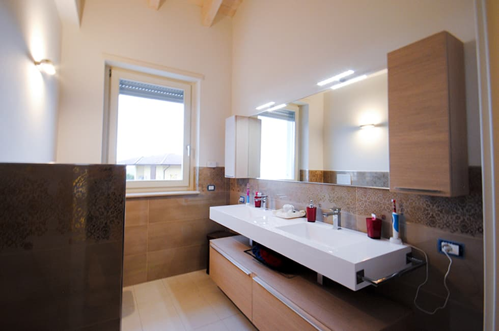 MCArc Villa MC Interior Design: Bagno in stile in stile Moderno di MCArc Laboratorio di architettura sostenibile