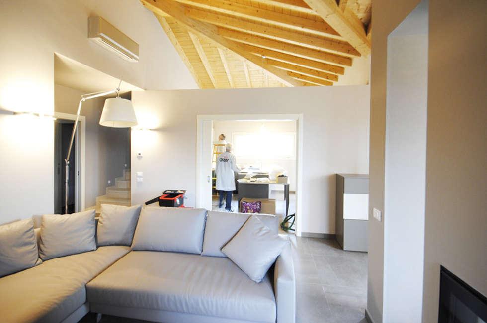 MCArc Nuova costruzione Villa BZ Interior Design: Soggiorno in stile in stile Moderno di MCArc Laboratorio di architettura sostenibile