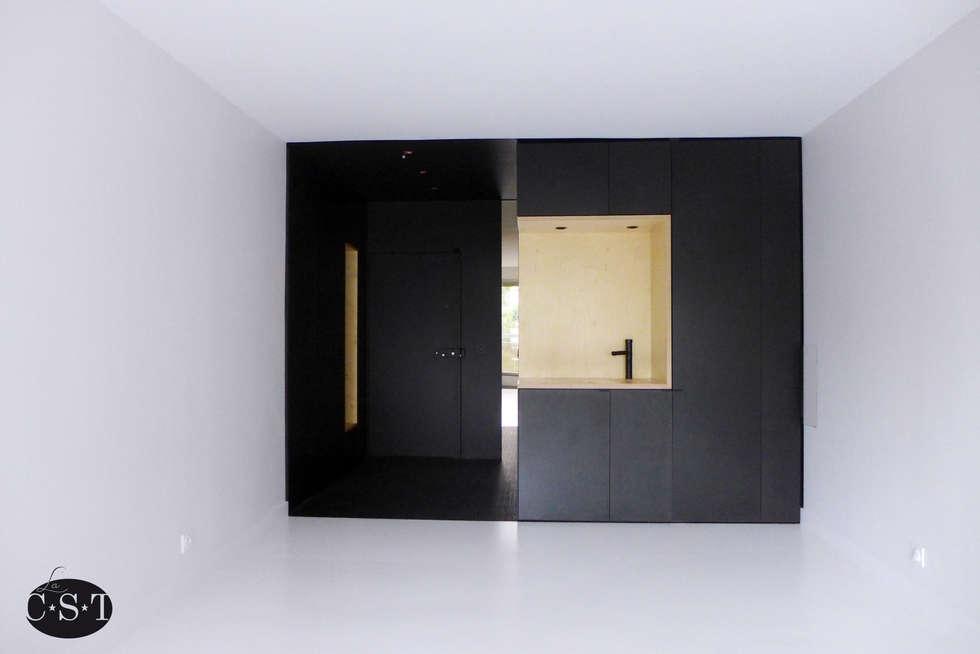Black & White - un coin cuisine et une penderie d'entrée: Cuisine de style de style Minimaliste par La C.S.T