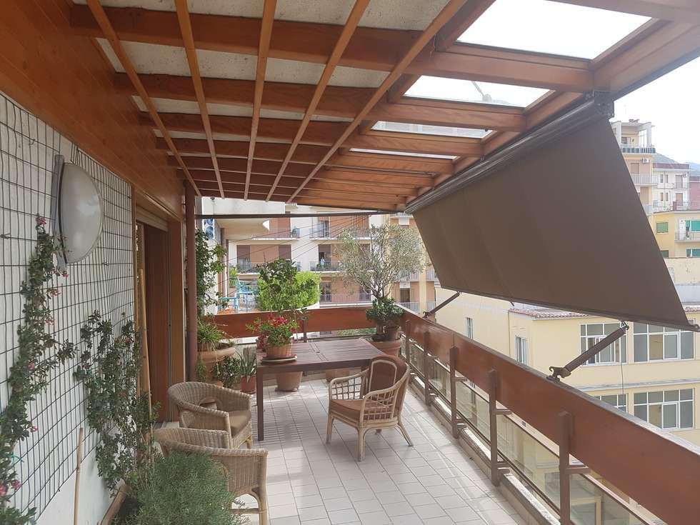 Copertura a sbalzo con vetri: Giardino d'inverno in stile in stile Moderno di Le Verande srls