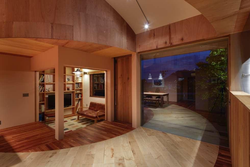 向洋の家: 藤原・室 建築設計事務所が手掛けたリビングです。
