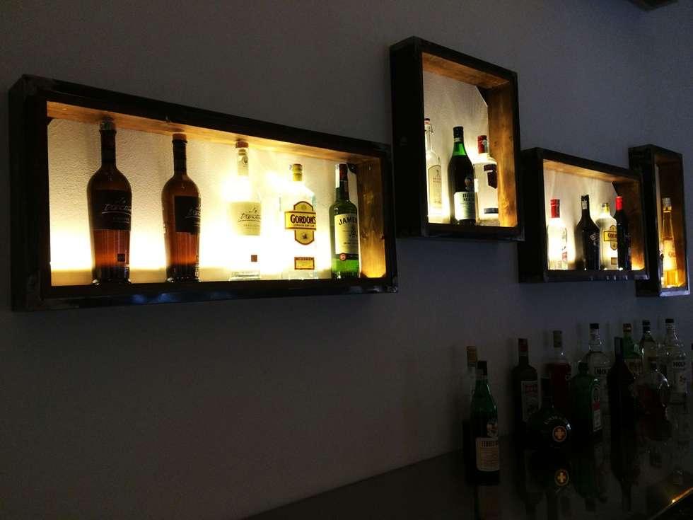 Mad Pizza&Burger Restaurant: Ingresso & Corridoio in stile  di Lighting and...