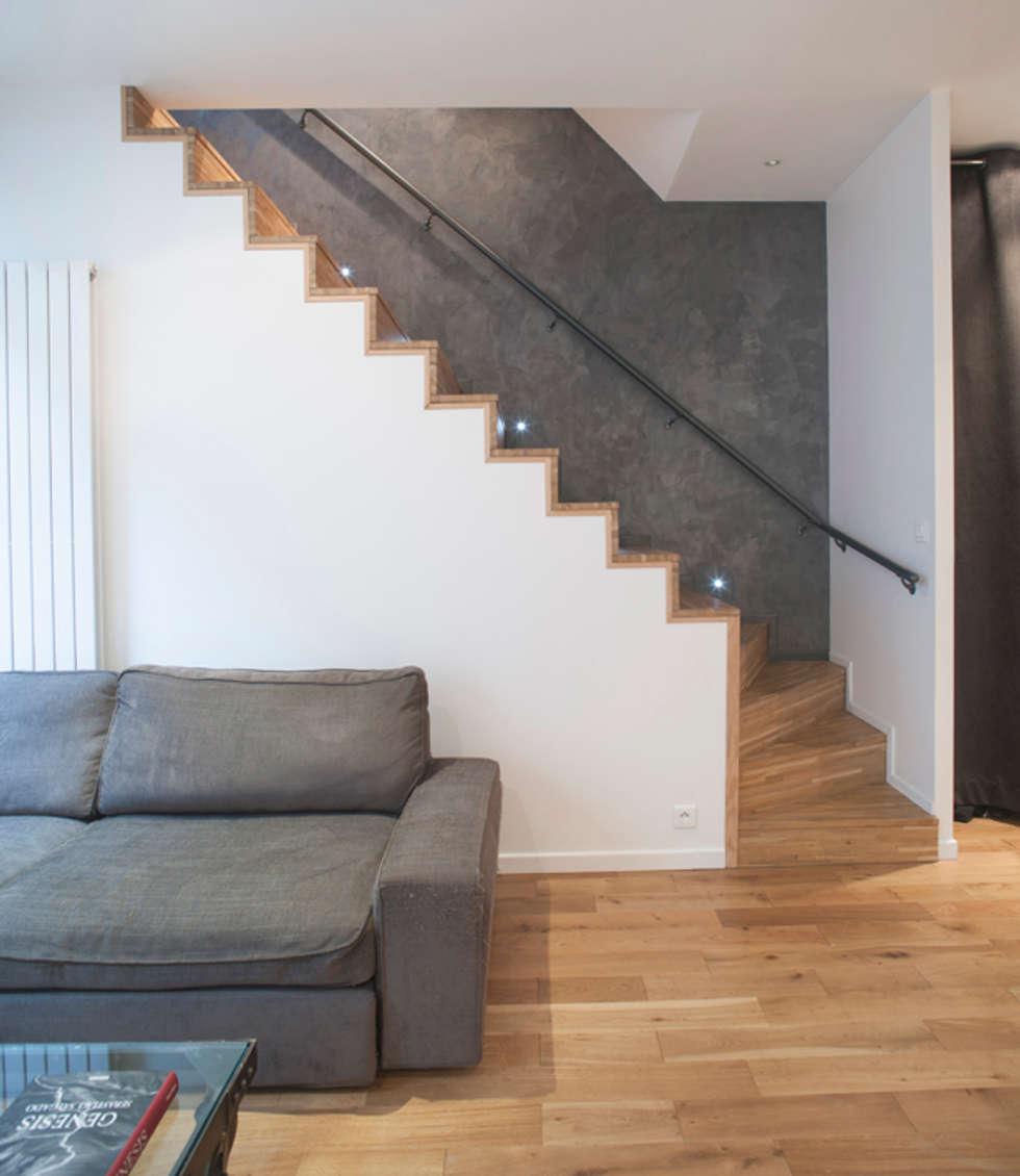 Excalier principal pour le souplex: Salon de style de style Moderne par Olivier Olindo Architecte