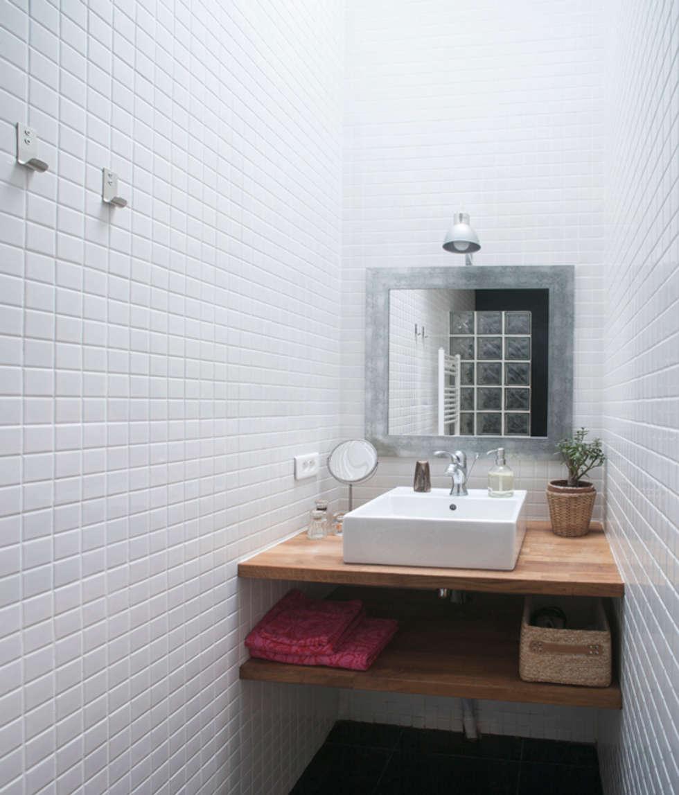 Salle de bain en sous-sol: Salle de bains de style  par Olivier Olindo Architecte