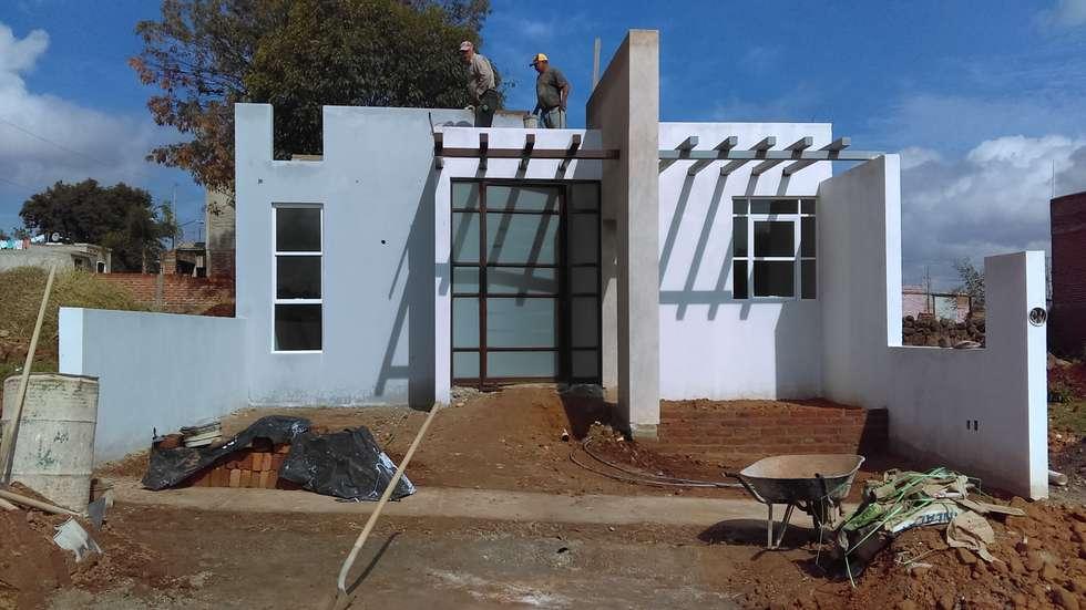 FACHADA: Casas de estilo moderno por GNG ARQUITECTURA Y DISEÑO