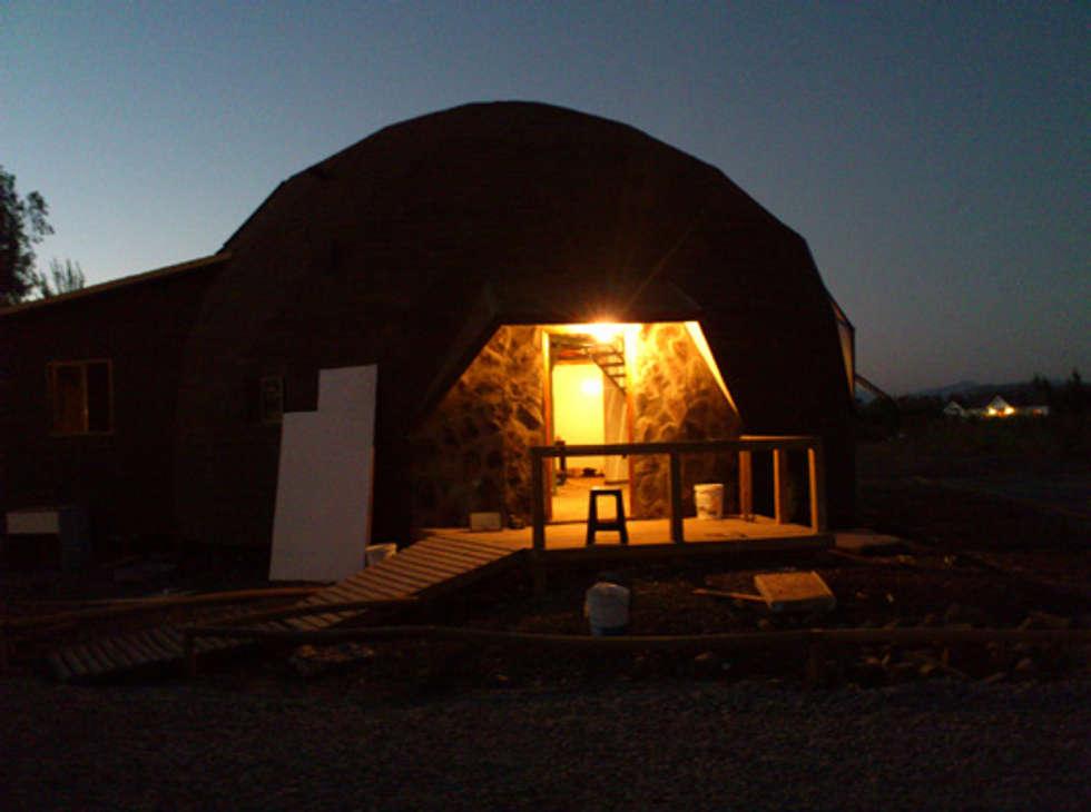 El domo al anochecer: Casas de estilo moderno por Angélica Guzmán