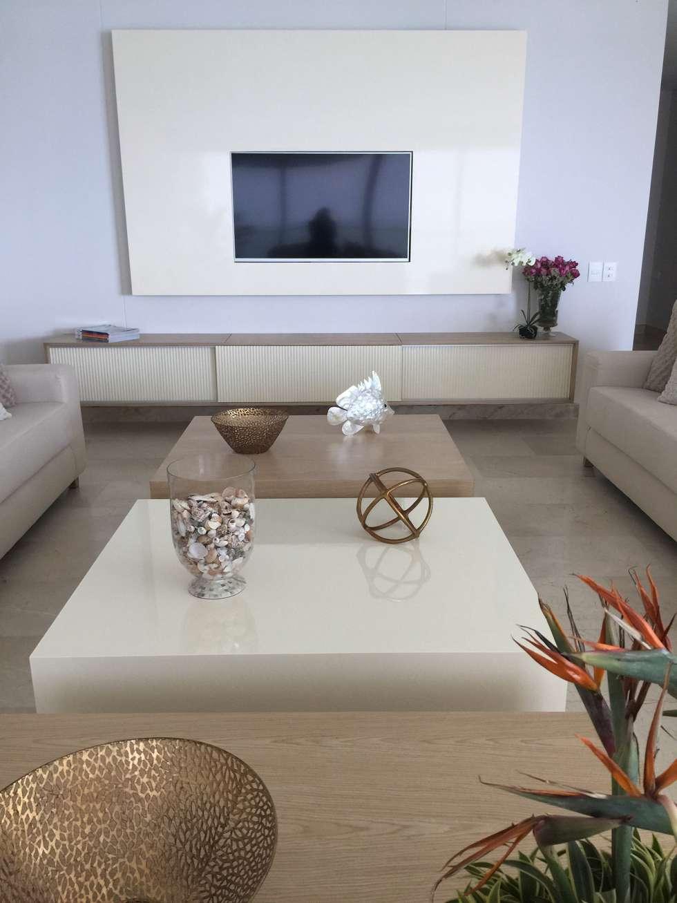 Sala tonos neutros: Salas de estilo moderno por Monica Saravia
