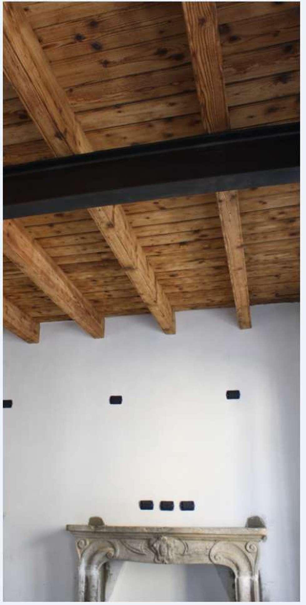 Appartamento MR: Soggiorno in stile in stile Classico di Studio di Architettura di Gaiaschi Architetto Paola