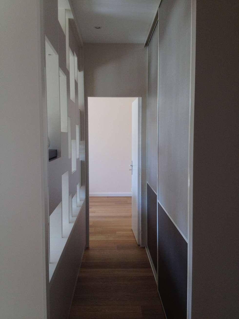 Appartement moderne Nice: Couloir et hall d'entrée de style  par Blue Interior Design