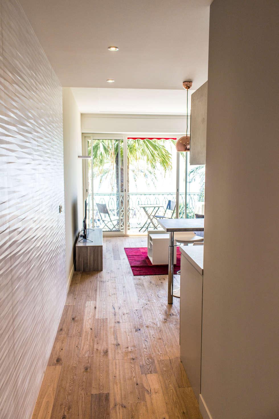 Studio Promenade des Anglais: Couloir et hall d'entrée de style  par Blue Interior Design