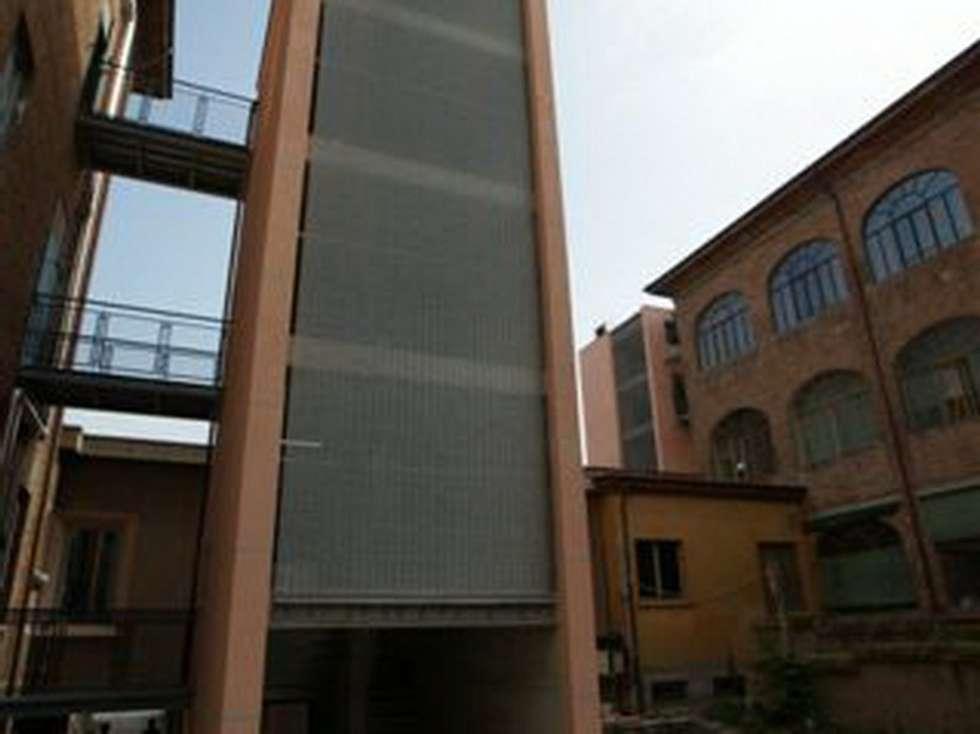 OSPEDALE DI PIACENZA - Blocco scale e ascensore: Ingresso & Corridoio in stile  di Tessitura Tele Metalliche Rossi
