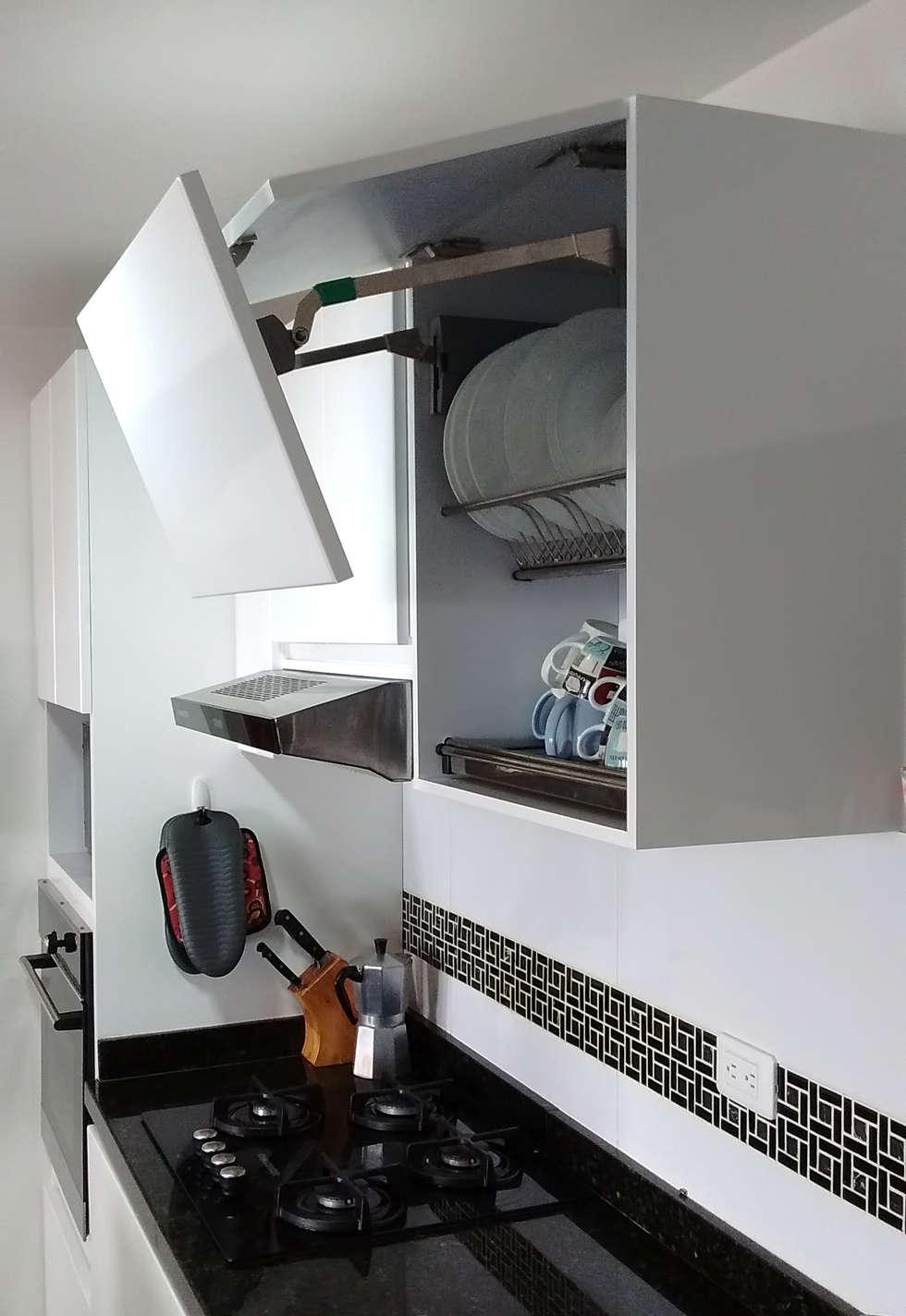 Gabinetes con puertas articuladas: Cocinas de estilo moderno por Remodelar Proyectos Integrales