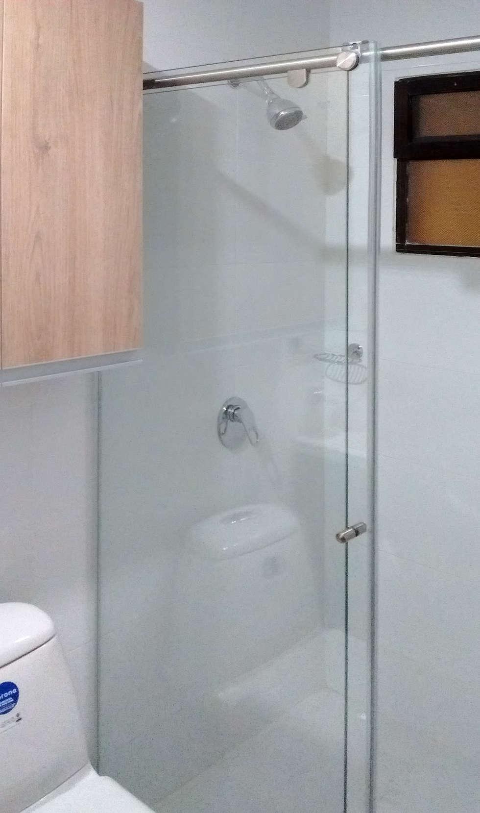 División de baño: Baños de estilo moderno por Remodelar Proyectos Integrales