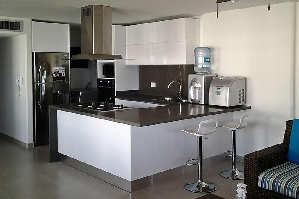 Vista general de la cocina integral: Cocinas de estilo moderno por Remodelar Proyectos Integrales