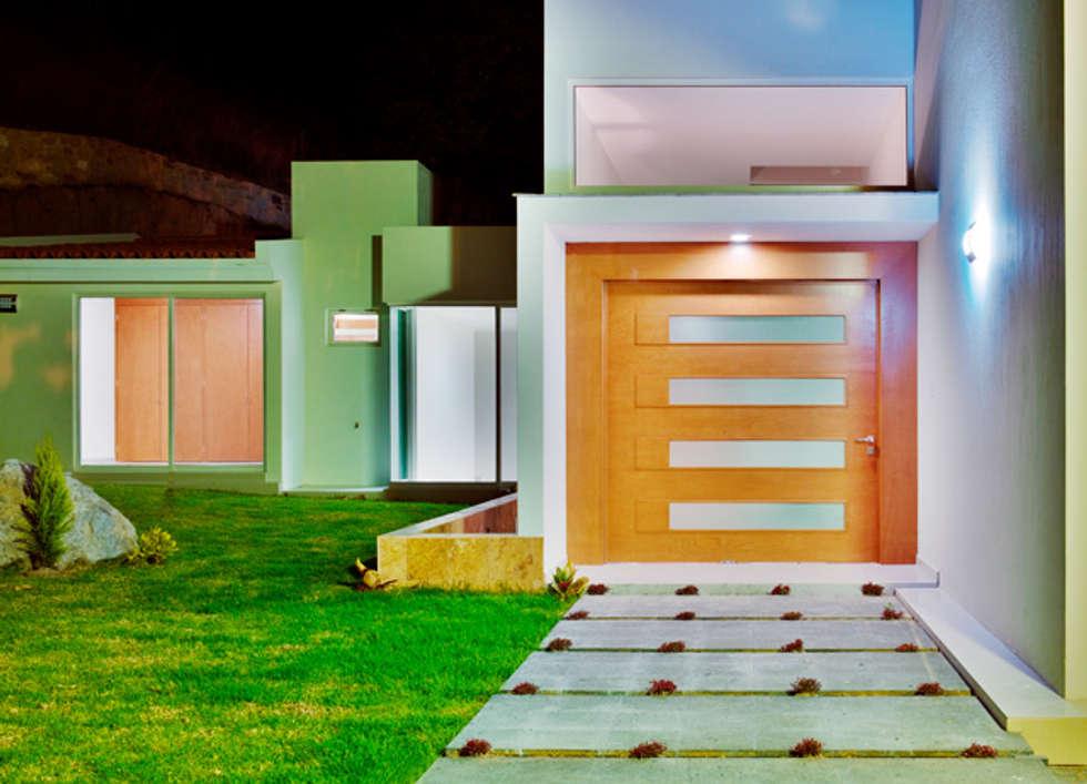 la puerta principal: Casas de estilo moderno por Excelencia en Diseño