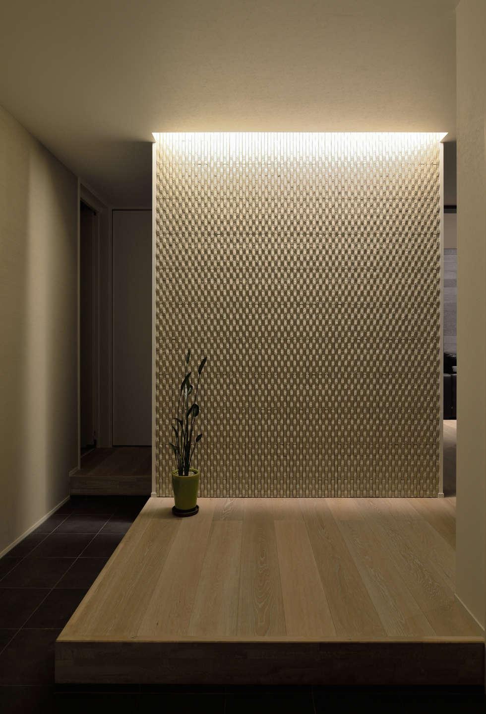 壁面の陰影が美しい玄関: 株式会社ブレッツァ・アーキテクツが手掛けた廊下 & 玄関です。