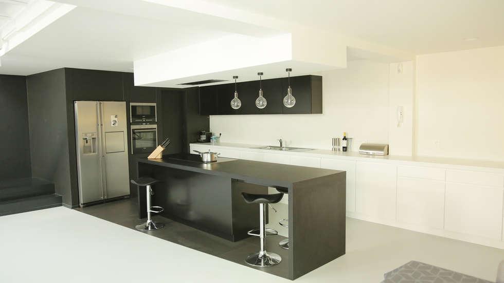 cuisine Black&white: Cuisine de style de style Minimaliste par BE-DESIGNER