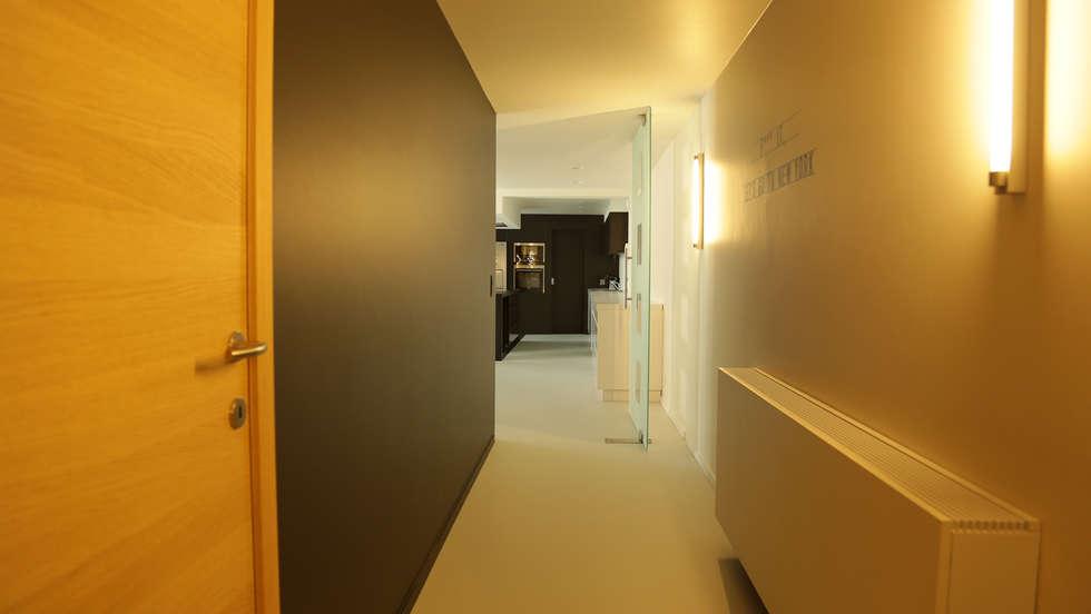 Hall de nuit: Couloir et hall d'entrée de style  par BE-DESIGNER