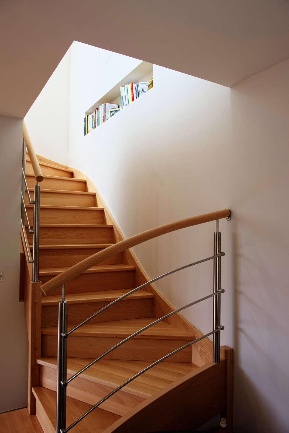 Niche de rangement dans cage d'escalier: Couloir et hall d'entrée de style  par AMNIOS