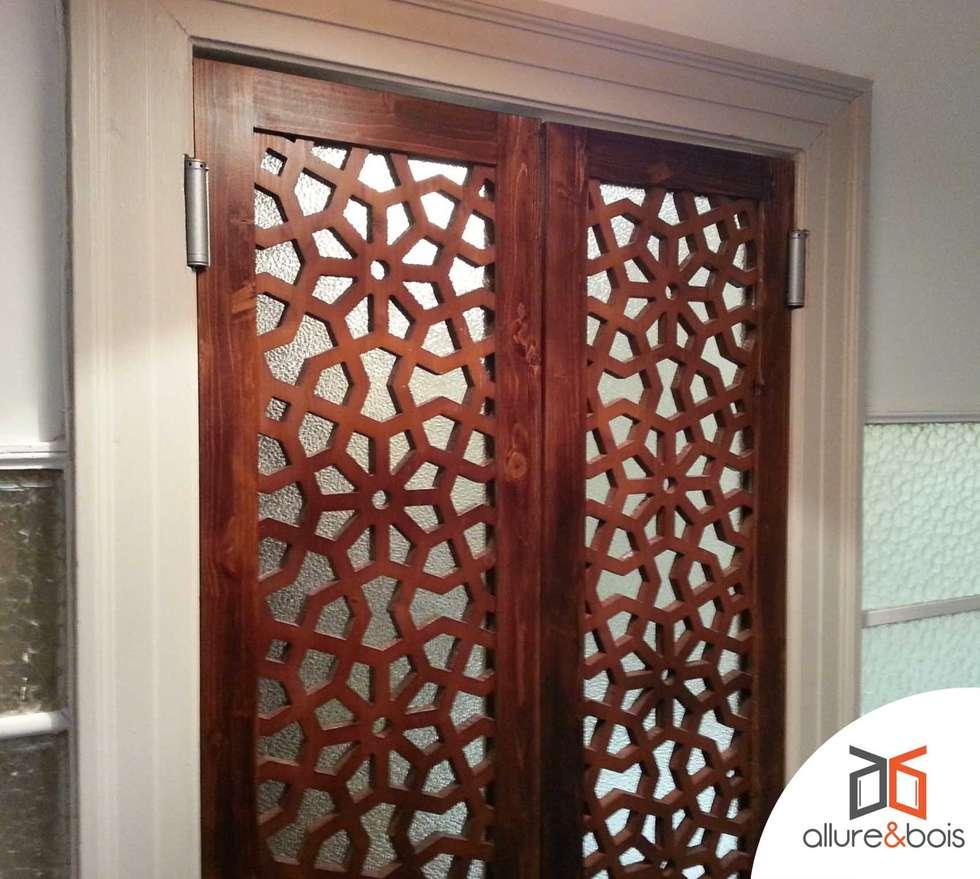 Porte Saloon Moucharabieh: Salle de bains de style  par Allure et Bois