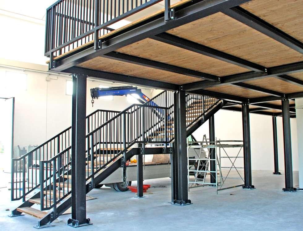soppalco acciaio e legno: Spazi commerciali in stile  di h-project.it