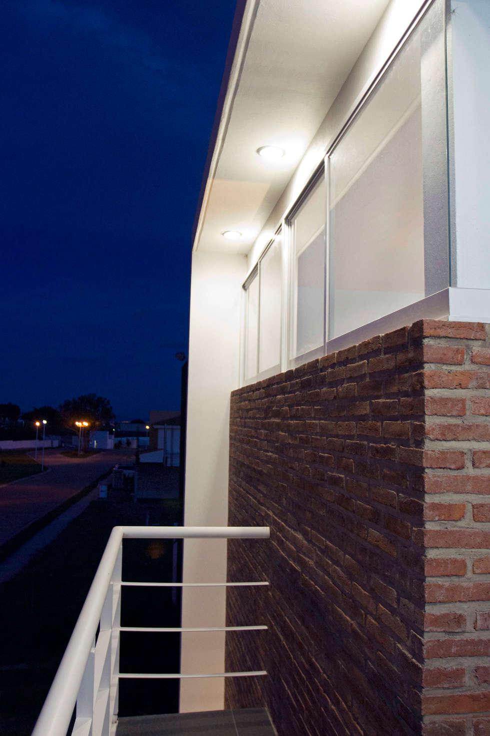Balcon con muro de ladrillo aparente: Terrazas de estilo  por Bojorquez Arquitectos SA de CV