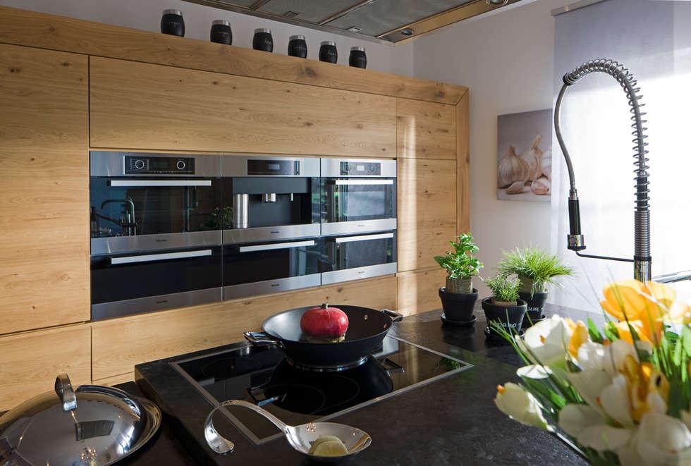 Moderne Landhausküche Aus Massivem Eichenholz: Landhausstil Küche Von BAUR  WohnFaszination GmbH