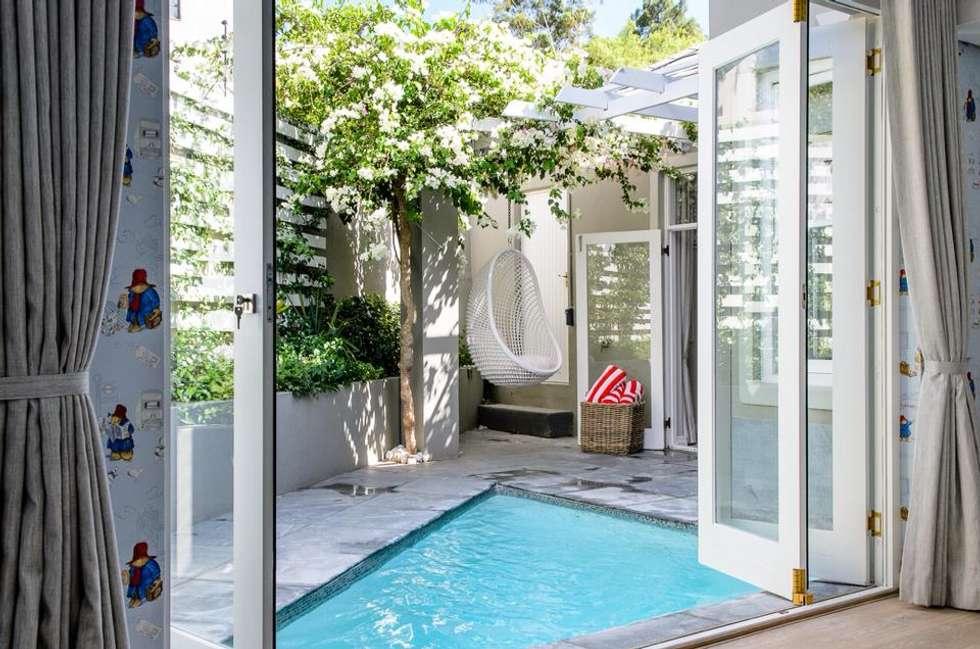 Pool Courtyard: modern Garden by Red Daffodil