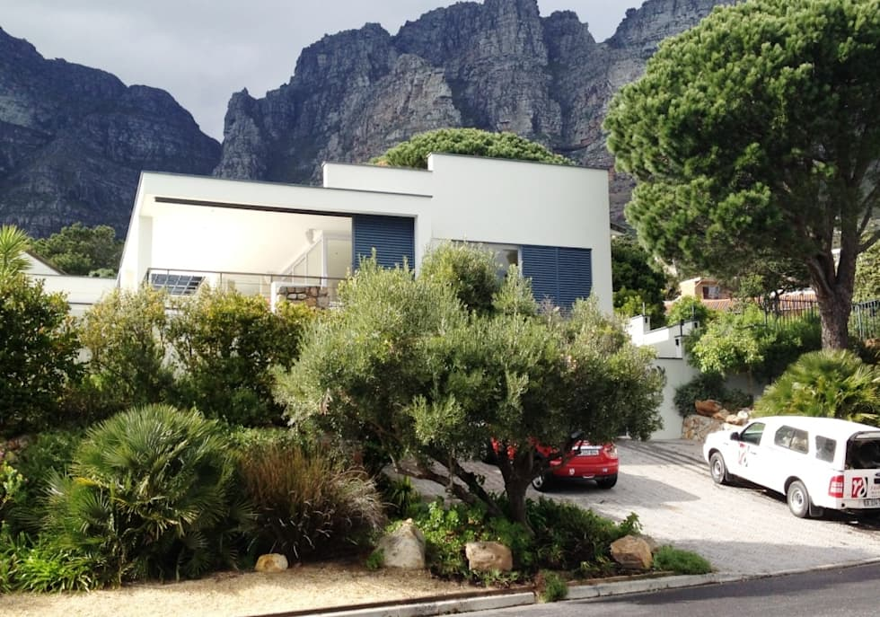 Camps Bay Verge: mediterranean Garden by Red Daffodil