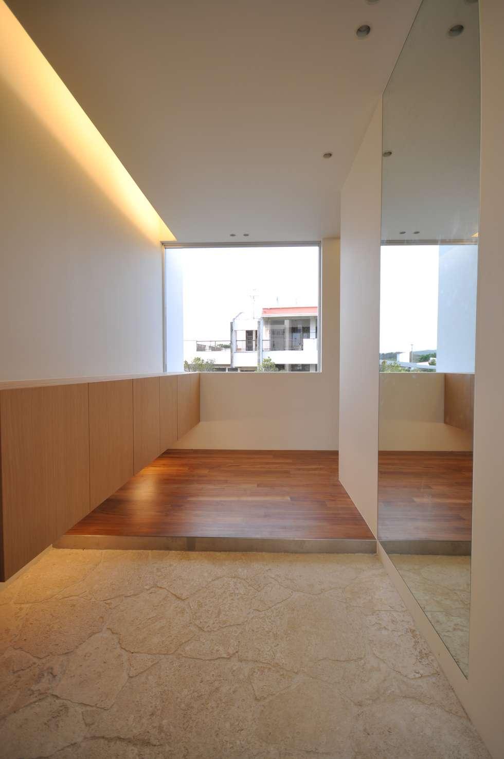 HG-HOUSE: 門一級建築士事務所が手掛けた廊下 & 玄関です。