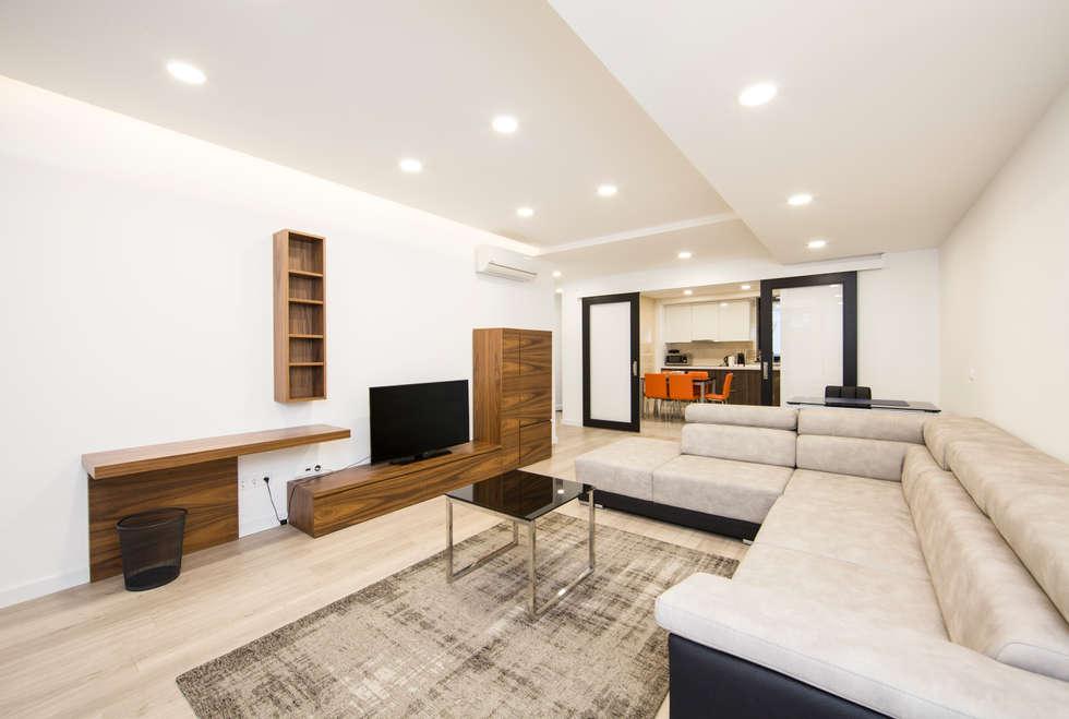 Sala : Salas de estar modernas por X A - Arquitetura e Turismo, Lda